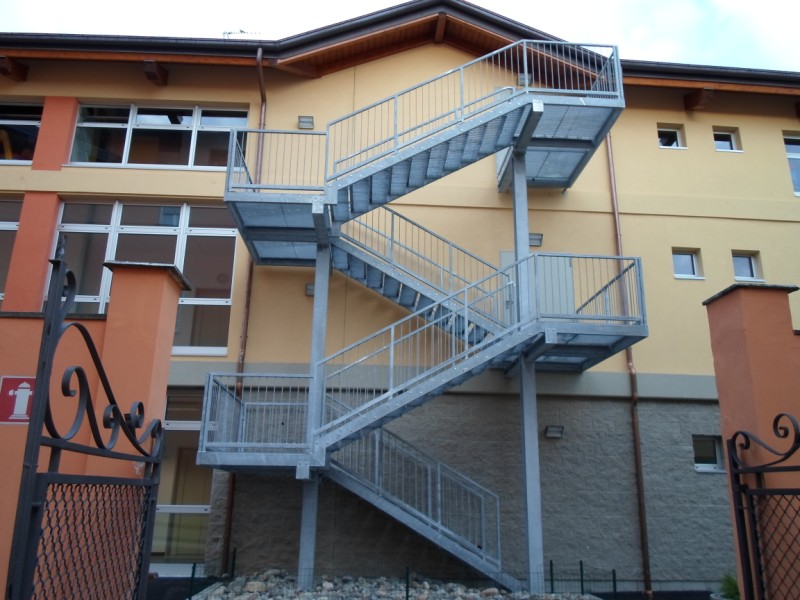 Mazzacani s r l per le vostre scale antincendio for Piccoli piani di progettazione di edifici commerciali