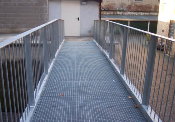 Grigliato pressato per passerelle, pavimentazioni, scale anticendio e recinzioni